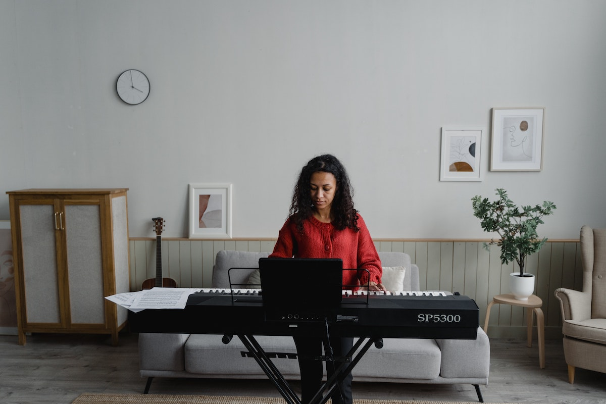 Women with a growth mindset learning how to play the piano